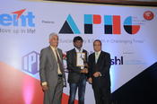 <strong>Ravi Korukonda, COO of [x]cube LABS receiving HR Leadership Award .</strong>