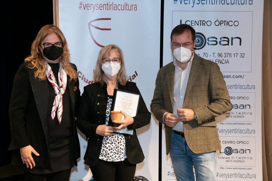 """Novelist Javier Sierra Gives Artistic Recognition in """"Valencia, City of The Grail 2020-2021"""" to The Multi-Talented Artist Dr. María Gómez"""